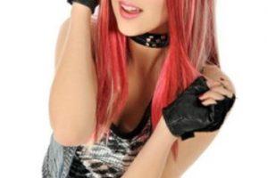 """Para cumplir su sueño, en la ficción, cambió su identidad a la de una chica llamada """"Roxy Pop"""". Foto:Televisa"""