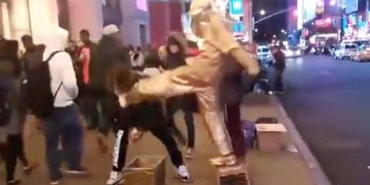 Video: Intenta robar a artista callejero y recibe una patada en la cara