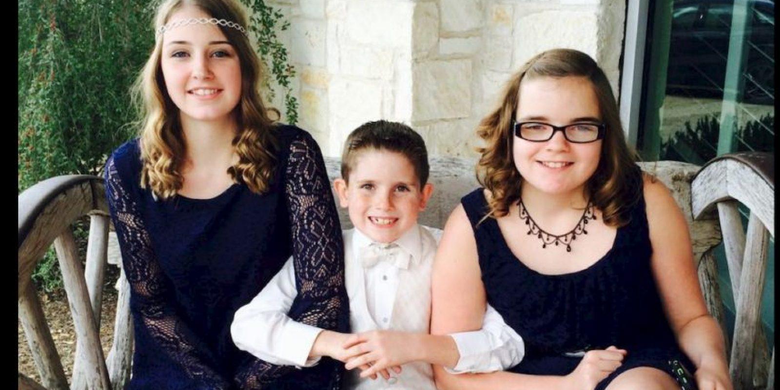 Cuando Caden Faris (centro) se dio cuenta del artefacto le comentó a su mamá. Foto:Vía facebook.com/jessica.slaybaughfaris
