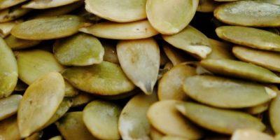 1. Semillas de calabaza. Son altas en calorías por lo que no debemos de consumir más de 3 cucharadas de pepitas al día debido a que el exceso de estas puede predisponer a problemas de Obesidad. Foto:Flickr