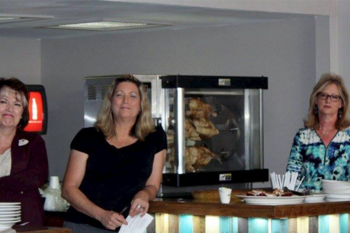Libbie Combee (centro) es la dueña de este lugar. Foto:Vía facebook.com/mosaicscommunitycafe