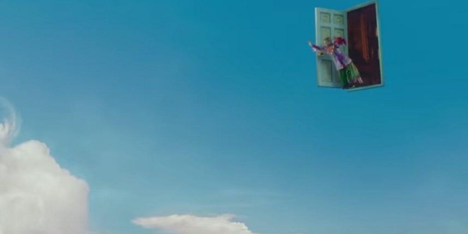 """""""Alicia a tráves del Espejo"""" es una cinta basada en la novela de Lewis Carroll Foto:Disney"""