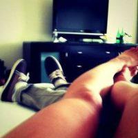 Cuando aún era novia de Justin Bieber, la cantante publicó y luego eliminó esta imagen de sus piernas. Foto:vía instagram.com/selenagomez