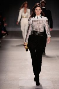 Diseños Balmain que modela Kendall Jenner Foto: Getty Images