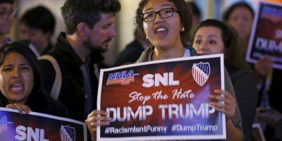 Sin embargo, tras el anuncio de que Trump estará en uno de los programas más importantes de la televisora, miles salieron a las calles a exigir su cancelación Foto:AP