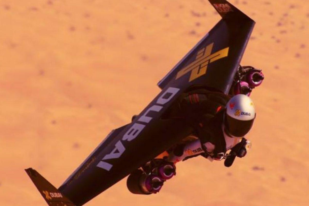 El equipo de estos hombres incluye un propulsor de aire. Foto:Vía facebook.com/jetmandubai