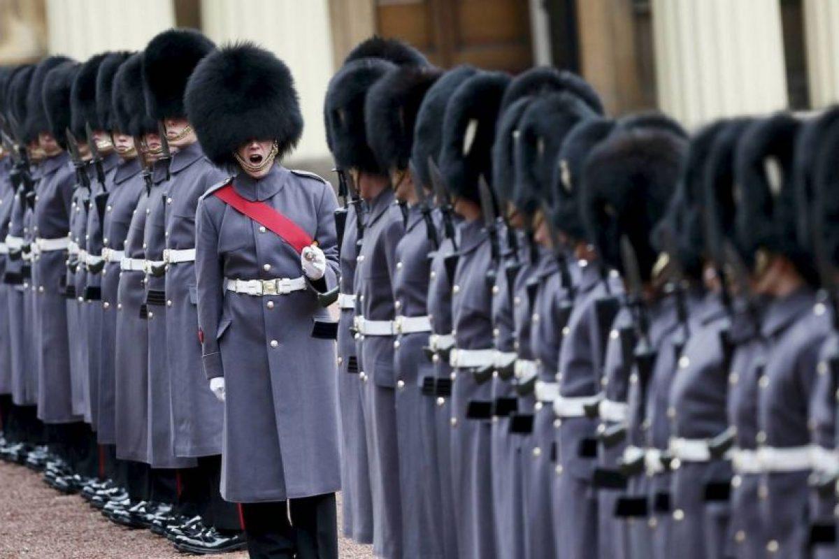 Guardias de honor alineados para la inspección del presidente de Kazajstán, Nursultan Nazarbayev, en el Palacio de Buckingham en Londres. Foto:AFP
