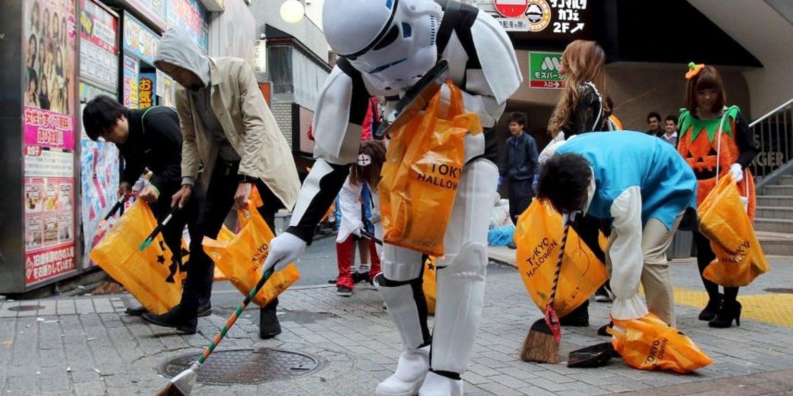 Barrenderos disfrazados en Japón. Foto:AFP