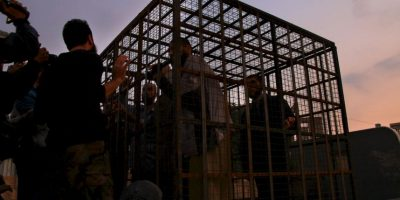 Sirios son mantenidos en jaulas por grupos rebeldes. Se ha indicado que son utilizados como escudos humanos. Foto:AFP