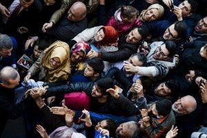 Partidarios animan el presidente turco, Recep Tayyip Erdogan en un centro de votación. Foto:AFP