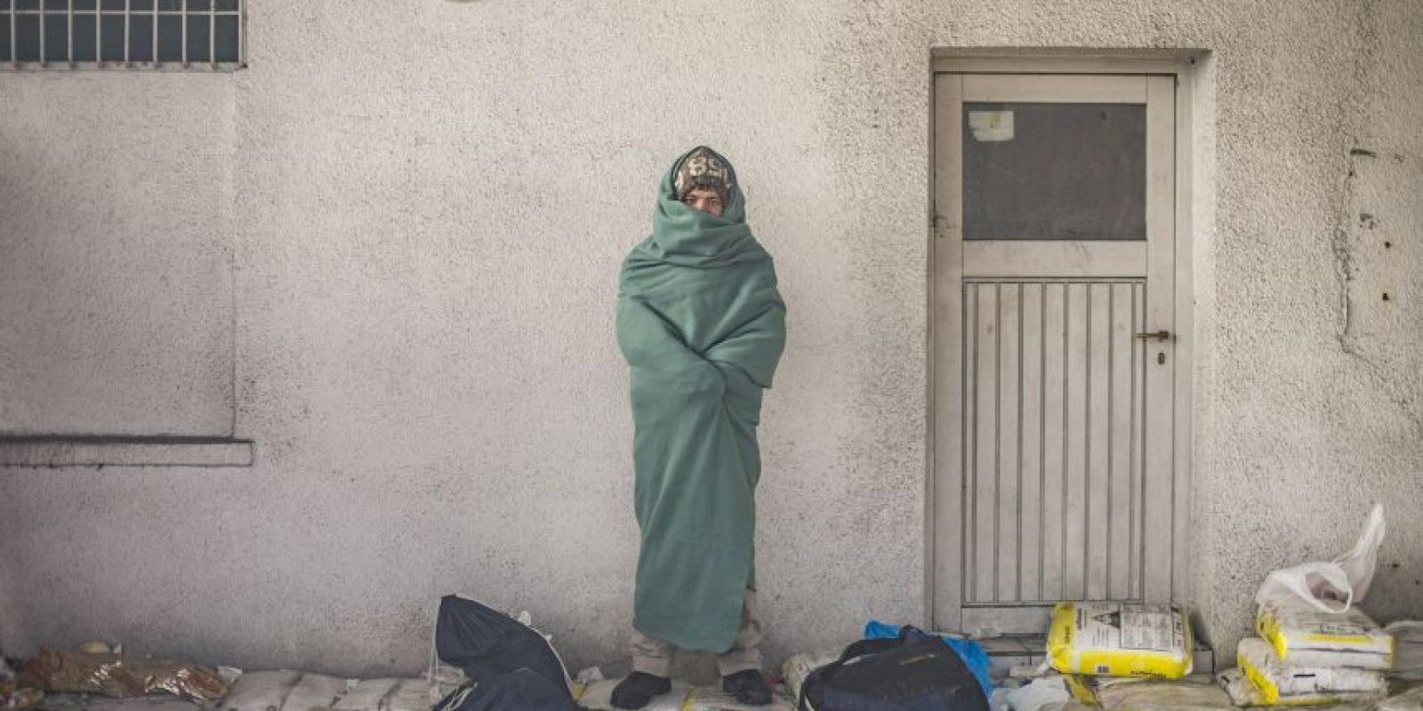 Hombre espera para cruzar la frontera de Eslovenia y Austria junto con otros migrantes y refugiados. Foto:AFP