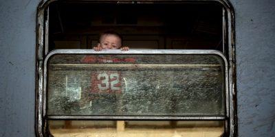 Niño migrante camino a Serbia. Foto:AFP