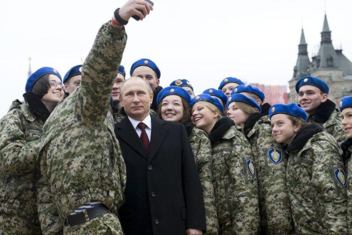 Activistas se toman un selfie con el presidente ruso, Vladimir Putin. Foto:AFP