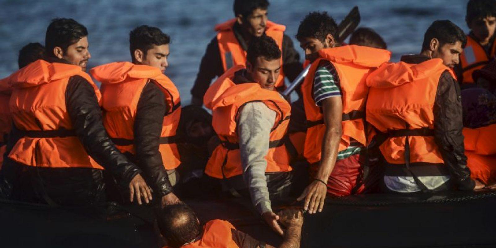 Migrantes y refugiados llegan a la isla griega Chios. Foto:AFP