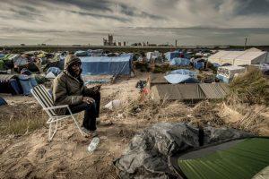 Migrante sudanés llama a su familia al llegar a Calais, Francia. Foto:AFP