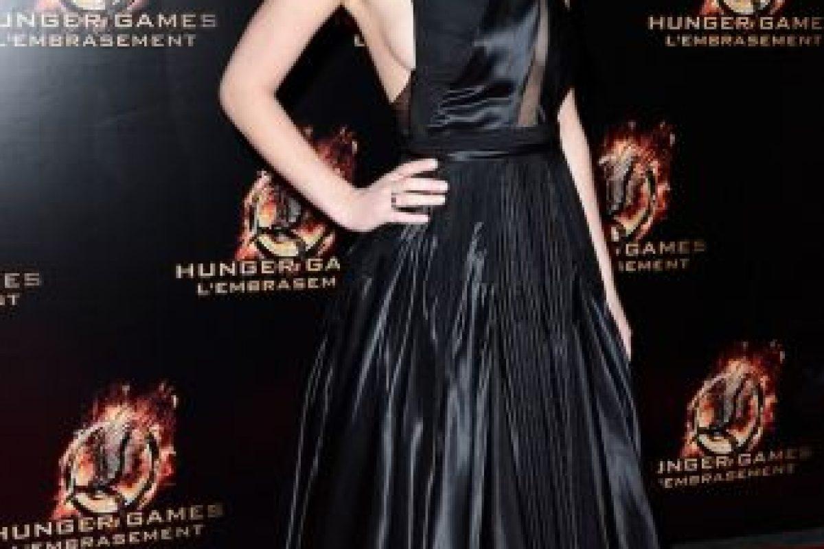 """En la alfombra roja de París, lució este vestido negro con escote en forma de """"V"""". Foto:Getty Images"""