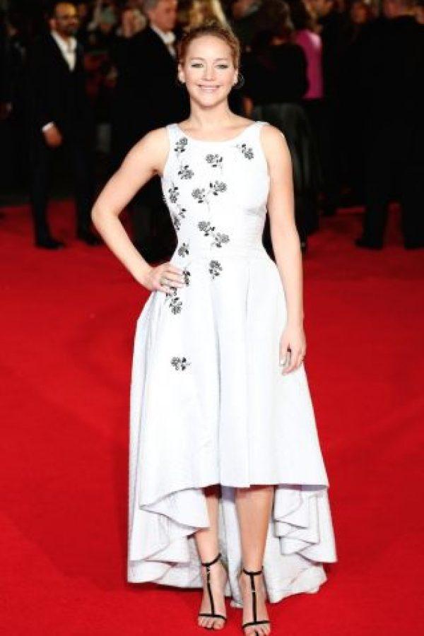 """En 2014, con el estreno de """"Sinsajo parte 1"""", la actriz lució un vestido blanco con detalles en plata. Foto:Getty Images"""