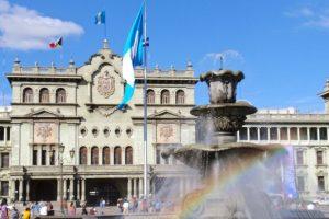 Es la capital del país. De igual manera es considerada la ciudad más cosmopolita y moderna de Guatemala. En ella contrastan edificios de negocios con construcciones modernas. Foto:John Pavelka