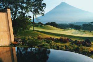 Se ubica en un Valle rodeado por tres volcanes y montañas en la que se cultiva café. Foto:Vía https://instagram.com/explore/tags/antiguaguatemala