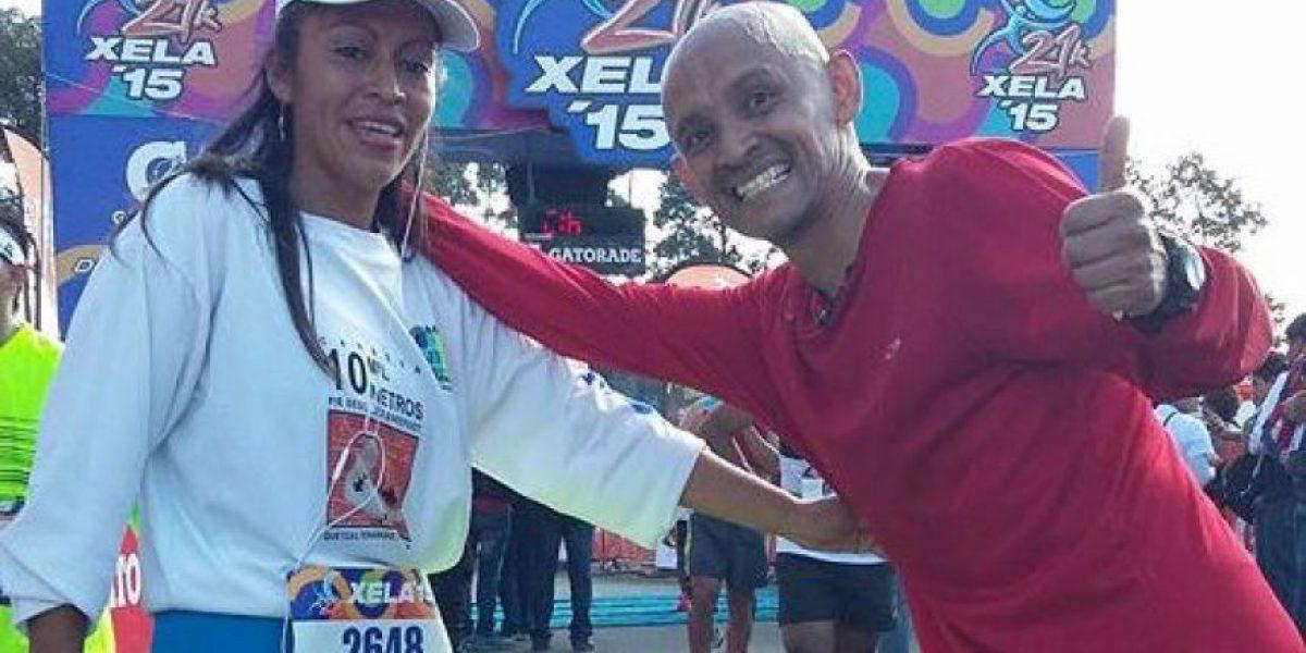 Esta pareja sorprendió en los 21K de Xela con su forma de correr