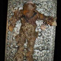 El peluche vudú: una mujer tuvo la (estúpida) idea de comprar este muñeco hechizado con rituales vudú proveniente de Nueva Orleans. Lo hizo por eBay. Pero el muñeco comenzó a aparecérsele en sueños y a atacarla. Trató de venderlo otra vez en eBay con éxito, pero el comprador recibía una caja vacía y el muñeco seguía apareciendo. Ahora el muñeco lo tiene un cazafantasmas. Foto:Haunted America Tours