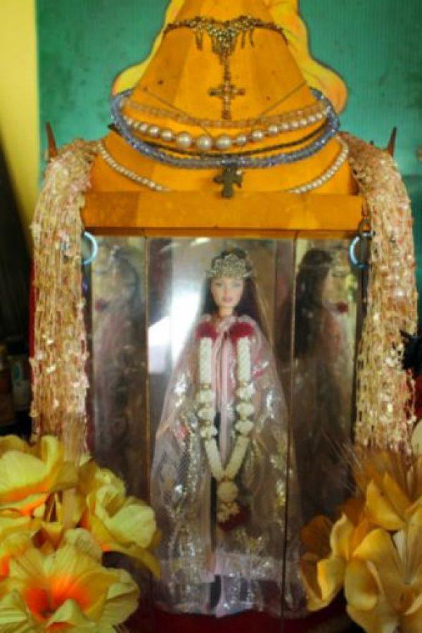 La Barbie de Pulau Ubin: cuenta la leyenda que una pareja de alemanes fue capturada en Singapur, a comienzos de la Primera Guerra Mundial, acusada de espionaje. Era 1914. Su hija trató de huir, pero murió al caer en un precipicio. Foto:YouTube