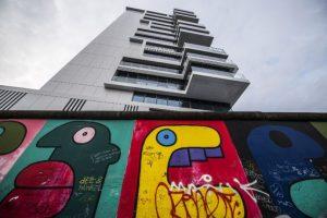 Además, representó un cambio en cuestiones políticas y económicas; el fin de la era del Muro de Berlín también es visto como un triunfo de los derechos humanos, que logró inspirar a miles de activistas para buscar democratizar a sus sociedades. Foto:AFP