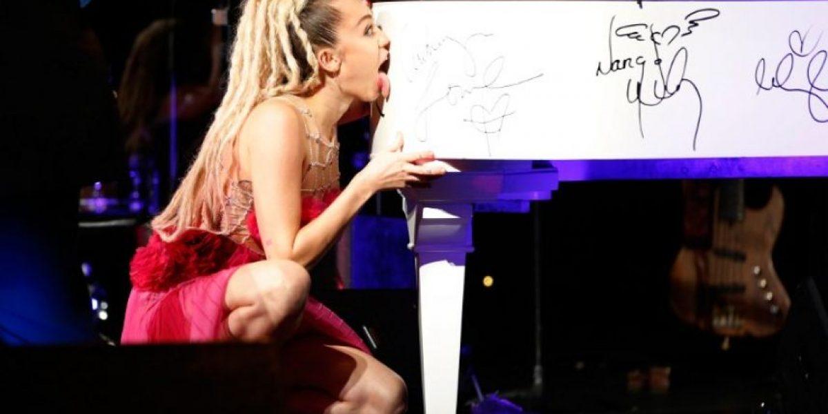 ¿Qué tienen en común un beso, un piano y la lengua de Miley Cyrus?