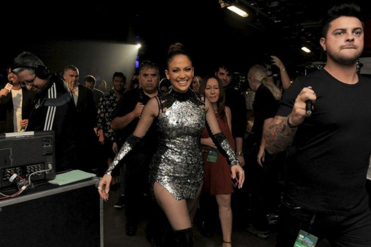 Luego de su gran performance, JLo regresó al escenario con un vestido corto color plateado. Foto:Getty Images