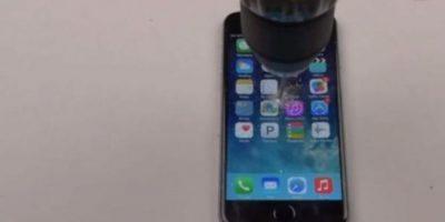 9- La pantalla no aguantó la fuerza del taladro. Foto:FullMag / YouTube