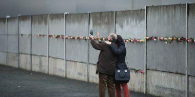 Incluso, se colocó una especie de ofrenda florar en algunas partes que conformaron el muro Foto:Getty Images