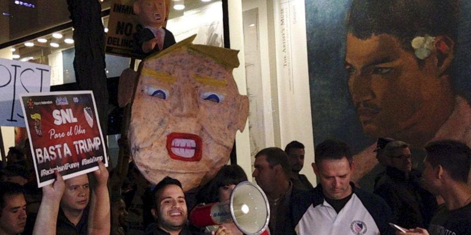 """Con el lema """"El racismo no es gracioso"""" decenas de ciudadanos repudiaron la participación de Trump en Saturday Night Live. Foto:AP"""