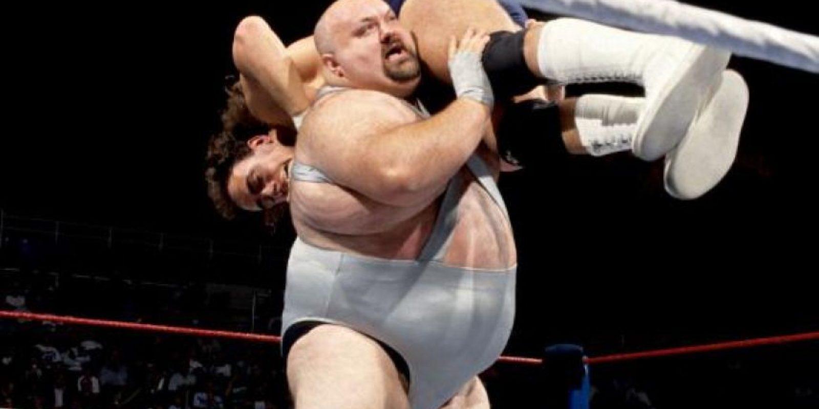 Mike Shaw, quien también personificó al fraile anterior, fue un luchador de los 80 y 90 que a pesar de su sobrepeso, no le tenía miedo a este modelito. Foto:WWE