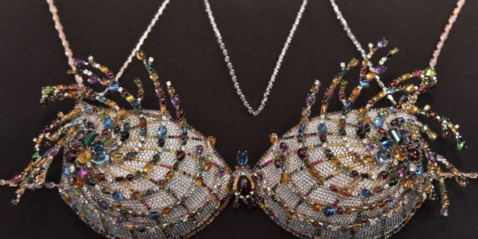 Cada año, la marca presenta piezas de lujo como este sostén. Foto:Getty Images