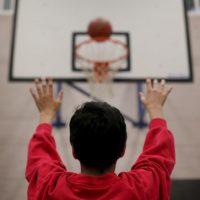 Al trabajar en coordinación con otros niños, también ganan confianza en sí mismas. Foto:Getty Images