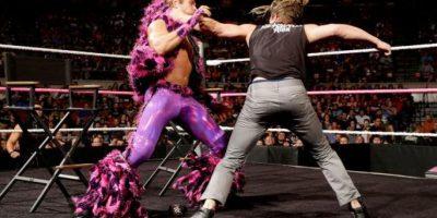 Las combinaciones entre sus pantalones y chaquetas de peluche hacen imposible no mirarlo. Foto:WWE