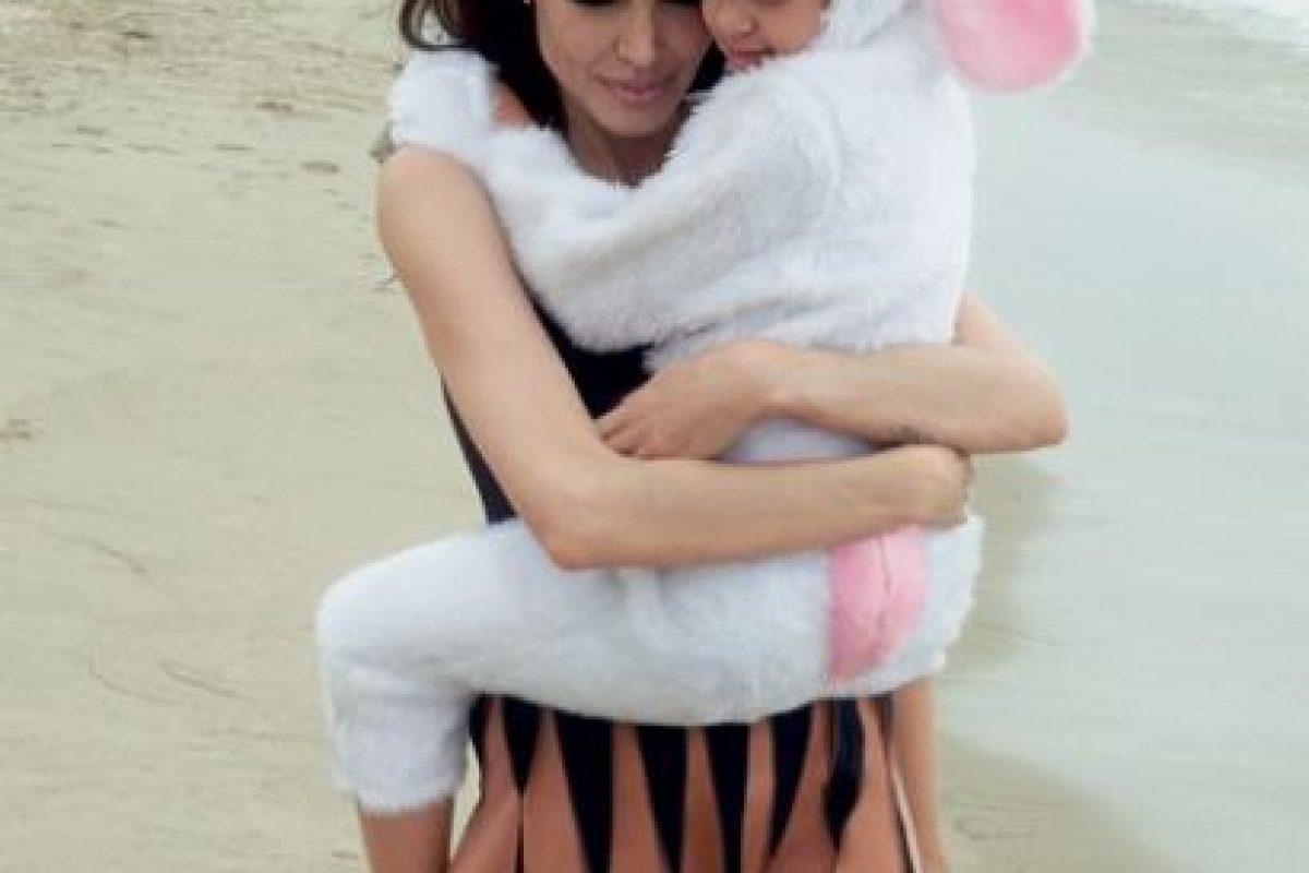 Angelina con su pequeña Vivienne. Foto:Vogue Magazine