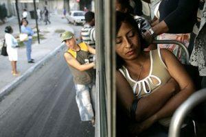 4. Los que se meten al bus aunque no haya espacio o los que se van por fuera sin importar el peligro que corren.