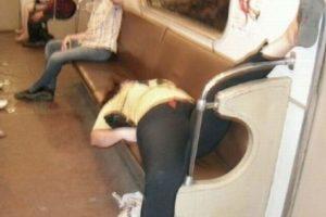 """15. Las personas dormidas que ocupan más de un lugar mientras """"descansan"""". Foto:Reddit"""