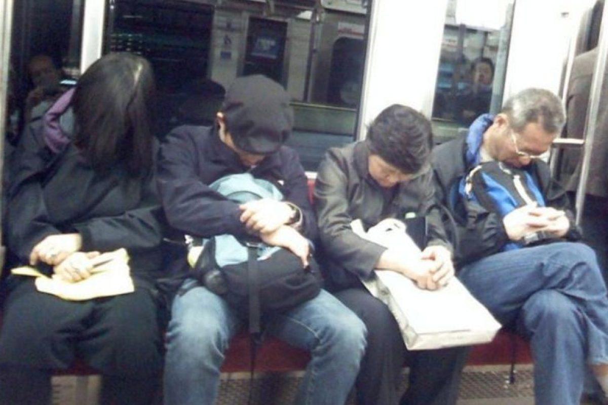 1. Los que se hacen los dormidos para no dar el asiento a quien lo necesita. Foto:Reddit
