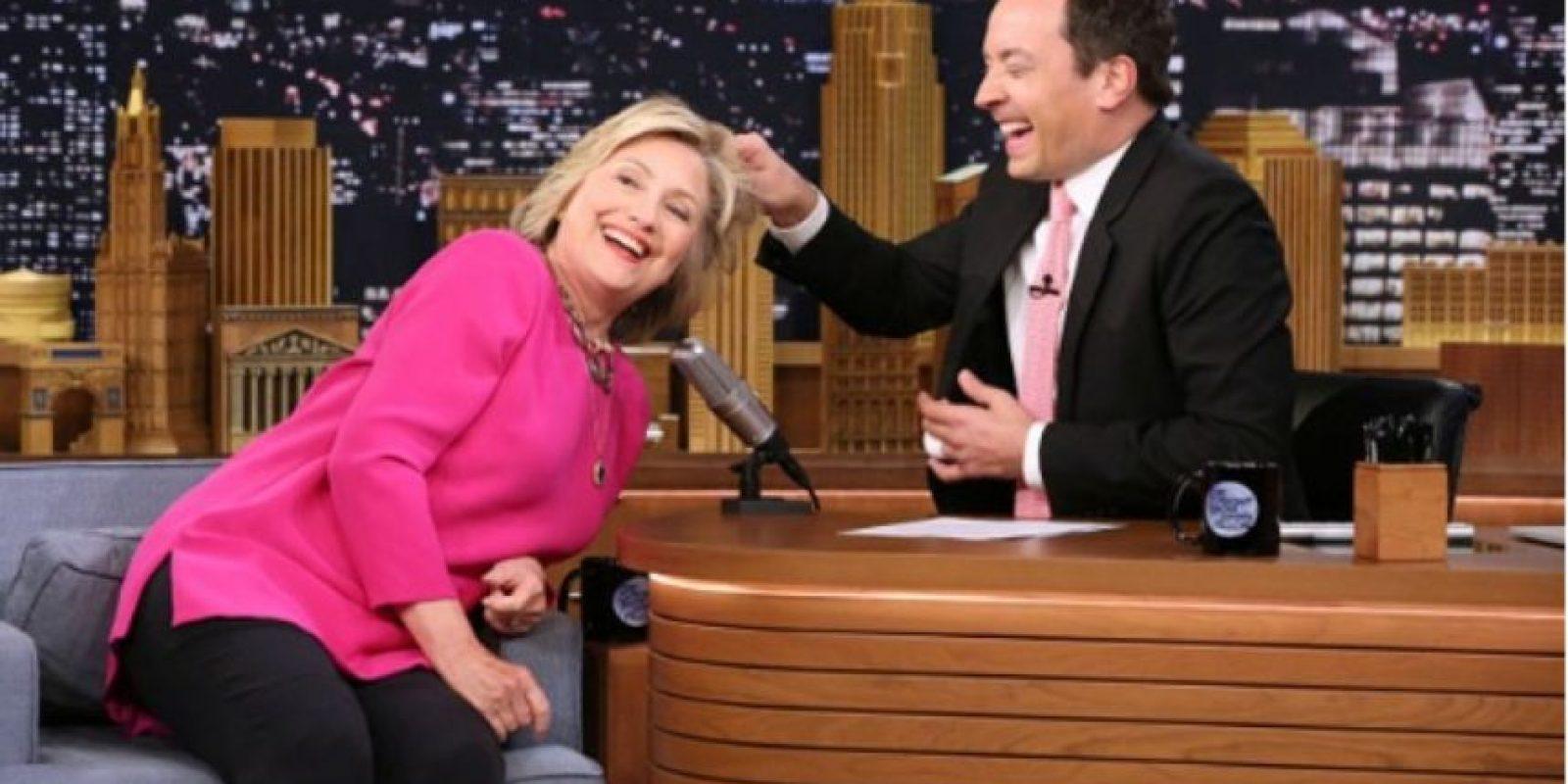 """Por esa razón, cuando se presentó en el programa """"Tonight Show"""", Clinton dejó que el presentador Jimmy Fallon halara su cabello. Foto:Vía NBC"""