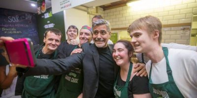 Locura, café y muchos selfies durante visita de George Clooney en Escocia
