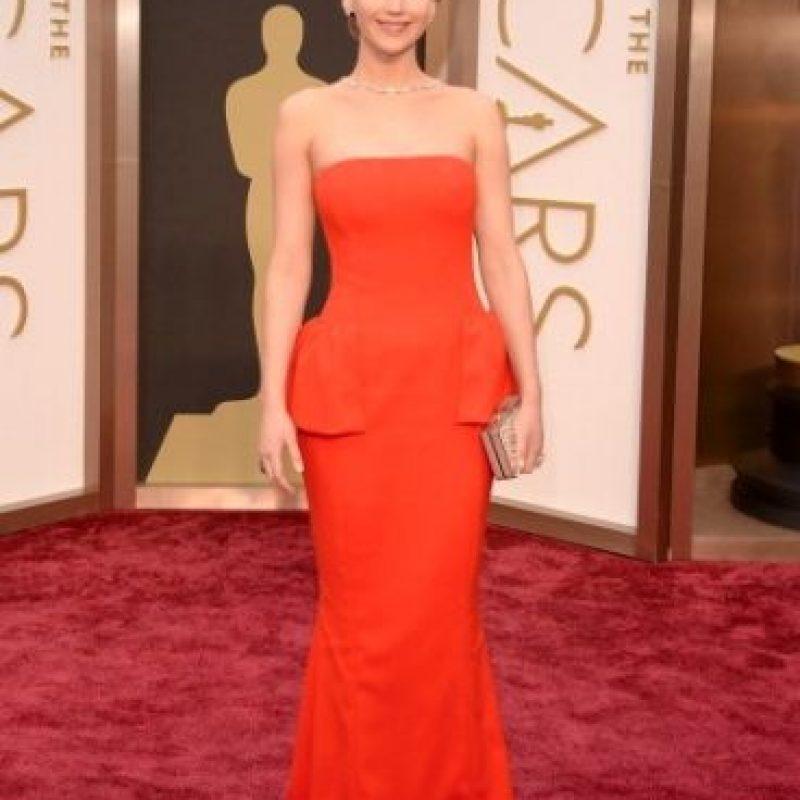 Justo un año después, Lawrence nuevamente tropezó en la alfombra roja de los premios Oscar. Foto:Getty Images
