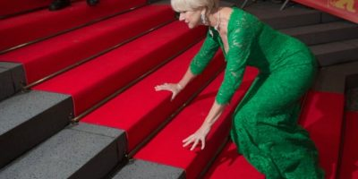 """Pese a tropezarse con las escaleras de la """"red carpet"""" y quedar expuesta ante los paparazzi, que no dudaron en capturar el momento, la actriz pareció tomar el incidente con buen humor. Foto:Getty Images"""