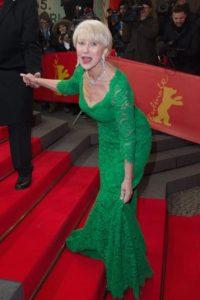 """Helen Mirren tropezó con los escalones durante el estreno de """"The Woman in Gold"""" en el marco del Berlin Film Festival en febrero de 2015. Foto:Getty Images"""