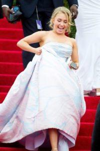 Hayden Panettiere tropezó en la Met Gala de 2014 cuando bajaba las escaleras. Foto:Getty Images