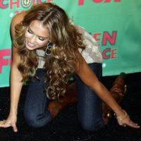"""Finalmente, Jessica Alba demostró que no hace falta llevar vestido para tener un """"encuentro con el suelo"""". El incidente de la actriz ocurrió en 2006 durante los Teen Choice Awards. Foto:Getty Images"""