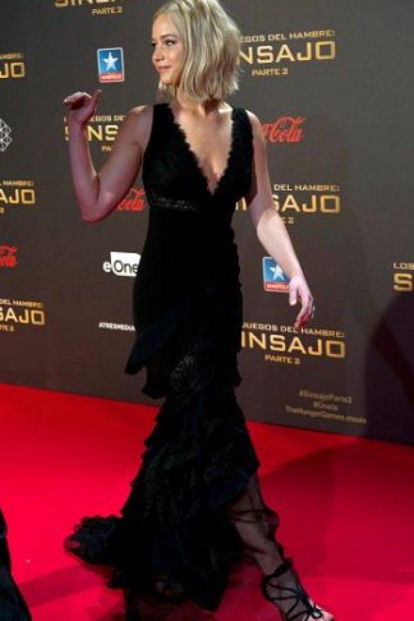 La actriz utilizó un vestido negro con cola, lo que provocó que resbalara cuando subía por las escaleras del cine. Foto:Getty Images