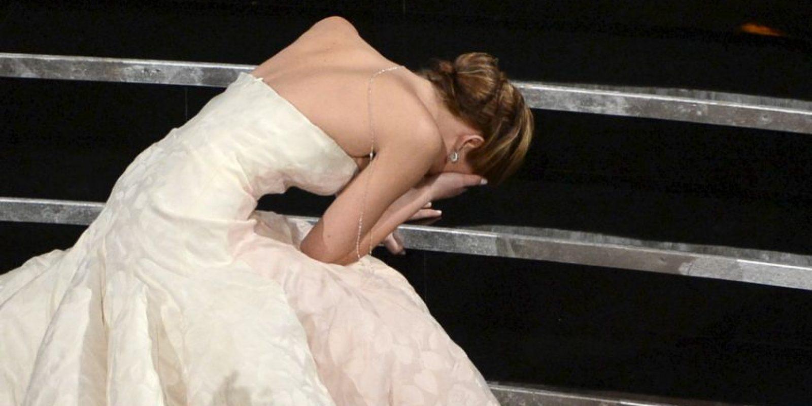 La actriz tropezó ante el ojo público cuando se disponía a recibir su estatuilla. Foto:Getty Images