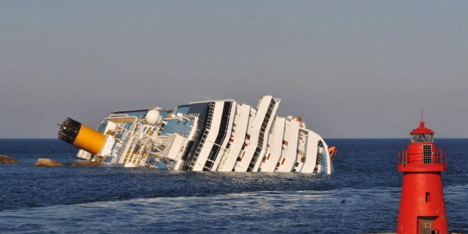 El crucero Costa Concordia queda varado en la Isla de Giglio, Italia. Foto:Getty Images